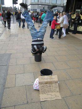 Utcai művész vagy a koldulás magasiskolája?