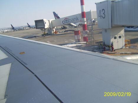 gépszárny fölött a reptér