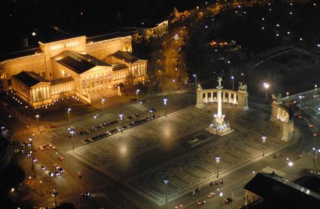 Budapest, Hősök tere éjjel, légifotóról