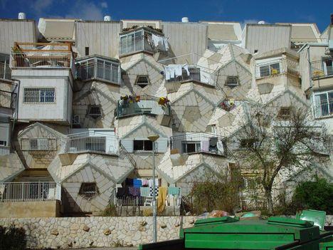 házak egymás hegyén hátán