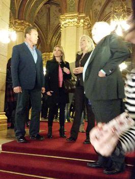 Schwarzenegger a magyar parlamentben sétálgat