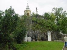 A szikla a Mária-szoborral és a feljárat