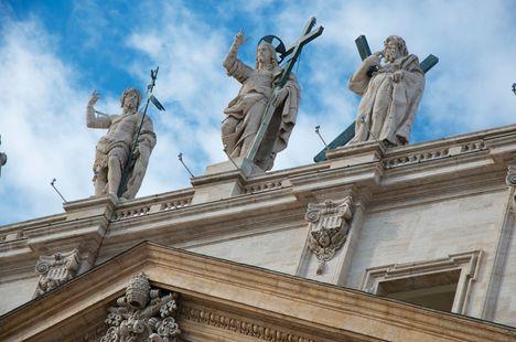 Basilica S. Pietro 13 statues