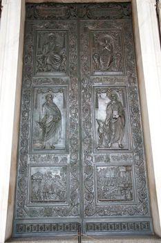 Basilica S. Pietro Middle door