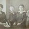 Nagyanyám és sógornője gyerekeivel kocsmárosné korában