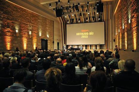 közönség a díj átadón hátulról fényképezve
