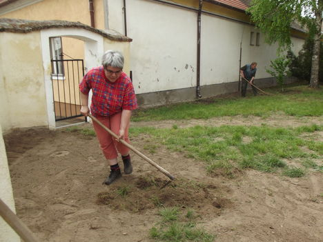 Tereprendezés a templom és a plébánia udvarán 12