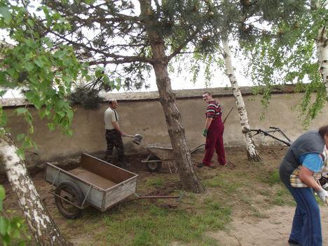 Tereprendezés a templom és a plébánia udvarán 7