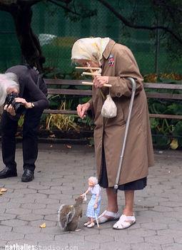 85 éves néni  mókust etet