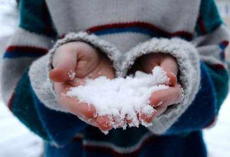 cute-hand-photography-snow-winter-Favim.com-244806