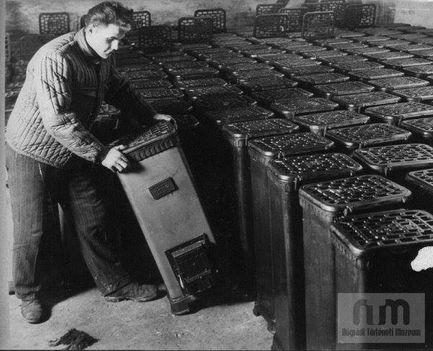 Kályharaktározás a zománcipari művek raktárában. 1963