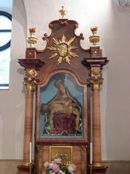 BAROSSHÁZA Fájdalmas Anya szobor a kápolnában