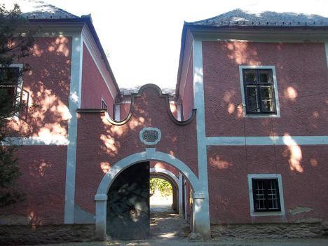 Bozsok(Vas megye) kastély bejárata