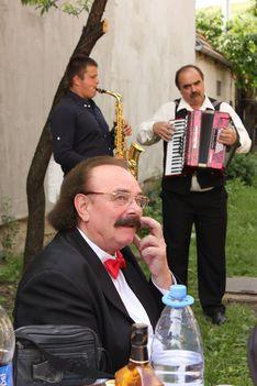 Ábrám Tibor tangóharmonikázik