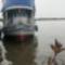 Kiránduló hajó az Amazonason, esőben...