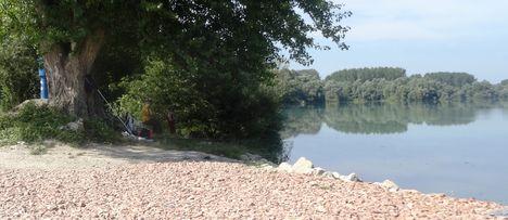 Horgászok árnyékban az Árvai zárásnál, Ásványráró, a Duna folyam hullámtere, 2015. augusztus 28.-án