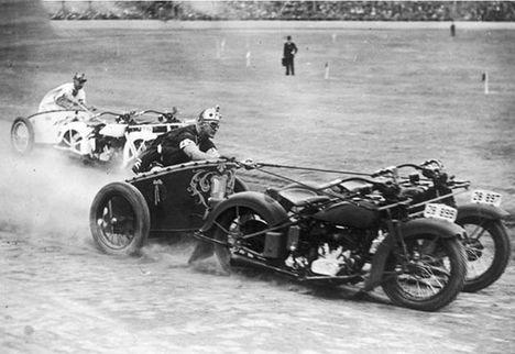 Ausztrál rendőrök harci szekérré átalakított motorjukkal versenyeznek - mult-kor.hu