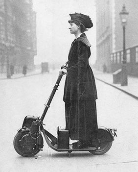 Egy elegáns hölgy egy korai elektromos rolleren 1916-ban - mult-kor.hu