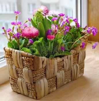 13848730-tavaszi-virágok-egy-kis-kosárban-egy-erkélyen