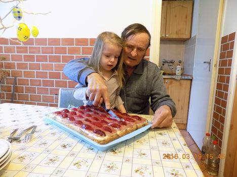 Az unokámmal szeltük meg a névnapi gyümölcs tortát.