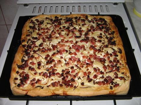 pizza tepsiben sütve