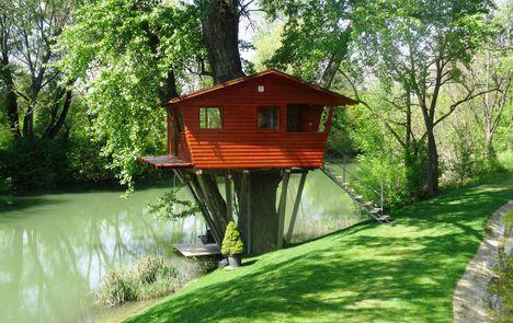 Tree House az Aranykárász Campingben a Gáncsomi-Duna-ág mellett, Rajka 2016. április 22.-én 1
