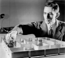 Claude Elwood Shannon (1916–2001) - a képen Theseus-szal, az elektromechanikus egérrel, az első mesterséges értelemmel rendelkező gép modelljével