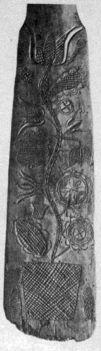 Pünkösdi leányevező lapátjának faragott díszítése. A virágbokor alján két hal (Szeremle, Bács-Kiskun m., 1870-es évek) Bp., Néprajzi Múzeum