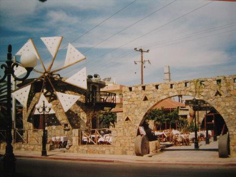 Amoudara, egy hangulatos étterem utcafronti képe