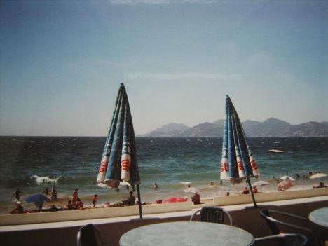 Erős szélben, a cannes-i tengerparton