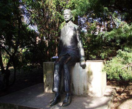 Gárdonyi Géza szobra a kertben
