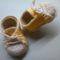 Babacipő sárga fűzős
