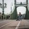 Az autók elől lezárt Szabadság hidat visszafoglalták a gyalogosok, a biciklisták és az ücsörgők ...(24.hu, fotó Neményi Márton)