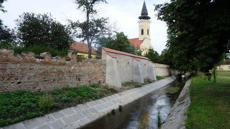 Hédervár a Hidegkúti csatorna belterületi szakasza a Szent Mihály templom mellett, 2016. június 13.-án