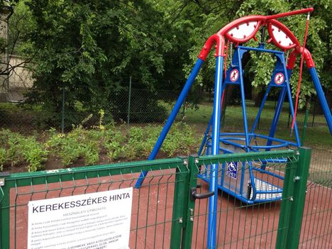 Kerekesszékes hinta várja a mozgáskorlátozott gyerekeket a Margitszigeten (fotó Kárász Eszter, 444.hu)