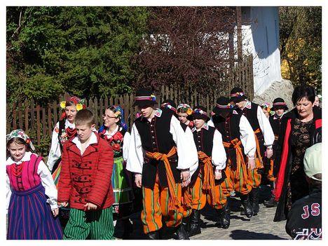 hollókői húsvéti felvonulás