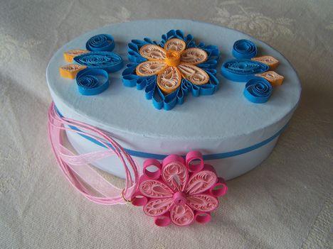 díszített kék doboz kis medállal