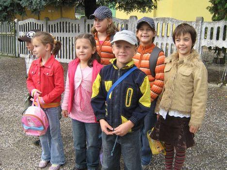 Szinházba mennek a kis iskolások 003