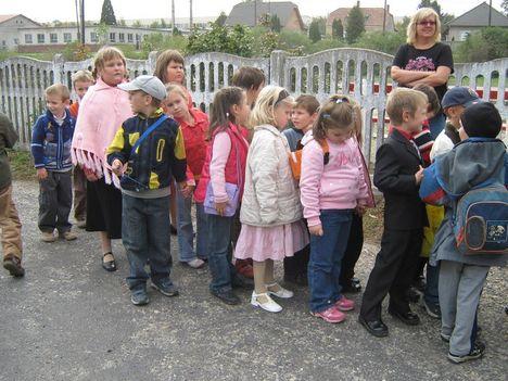 Szinházba mennek a kis iskolások 004