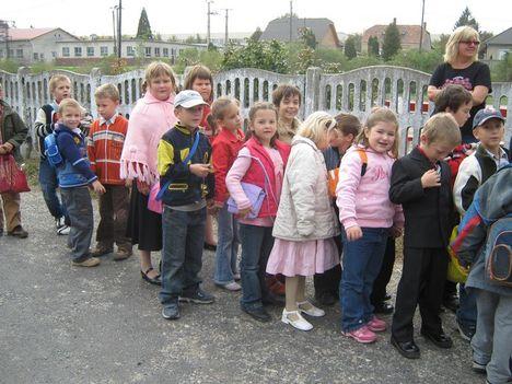 Szinházba mennek a kis iskolások 005