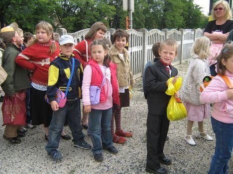 Szinházba mennek a kis iskolások 007