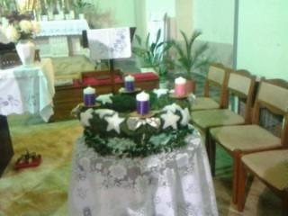 Adventi koszorú a templomban