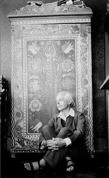 Bartók Béla Kavics utcai otthonában a festett szekrénye előtt. A felvételt felesége, Pásztory Ditta készítette 1929 májusában.