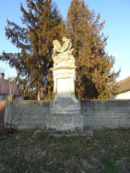 Az 1775. évben állított Pieta szobor az Ásványráróra vezető műút mentén a Fő utcában, Hédervár 2017. január 06.-án 1