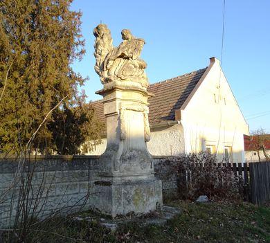 Az 1775. évben állított Pieta szobor az Ásványráróra vezető műút mentén a Fő utcában, Hédervár 2017. január 06.-án 2