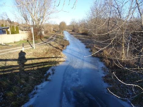 Befagyott a Rétárok csatorna a Bezenye községnél lévő közúti hídnál, 2017. január 07.-én 2