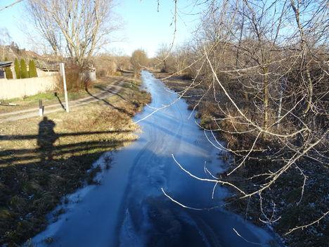 Befagyott a Rétárok csatorna a Bezenye községnél lévő közúti hídnál, 2017. január 07.-én 4