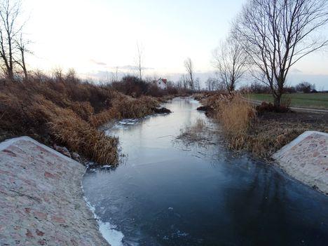Befagyott az Orbán-ér a Halászi község külterületén lévő Bozi-tagi vízszintszabályozó műtárgynál, 2017. január 07.-én 3