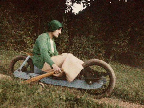 """Jacques Henri Lartigue - Simone Roussel vezeti a """"kétkerekű bobot"""" (Rouzat, Franciaország, 1913 szeptember)"""
