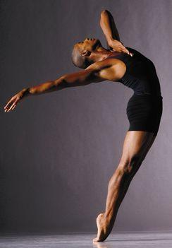 színpadi mozgás, moderntánc, jazz-tánc, show-tánc, musical tánc, amerikai step tánc, stretching tréningek, koreográfiák, színészmesterség, beszédtechnika, hangképzés, korrepetíció, tábor